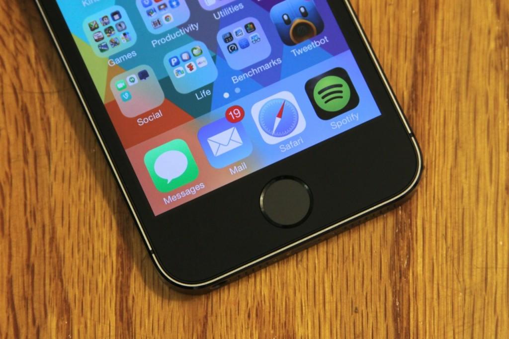 Apple vinde iPhone 5S la jumatate de pret